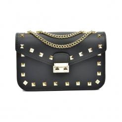 Skórzana torebka w kolorze czarnym - (S)22 x (W)15 x (G)7 cm. Czarne torebki klasyczne damskie Akcesoria na sylwestrową noc, z materiału. W wyprzedaży za 209,95 zł.