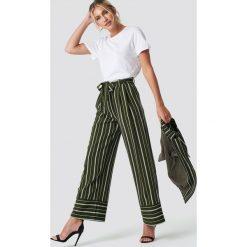 Spodnie damskie: NA-KD Classic Szerokie spodnie w paski - Green