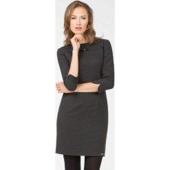 Wizytowa sukienka w kropeczki. Czarne sukienki hiszpanki Monnari, ze skóry, wizytowe, z kokardą, proste. Za 299,00 zł.