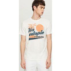 T-shirty męskie: T-shirt z hasłem i nadrukiem – Kremowy