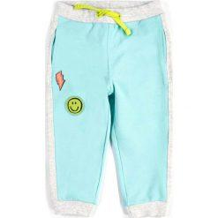 Coccodrillo - Spodnie dziecięce 56-86 cm. Białe spodnie chłopięce marki COCCODRILLO, m, z bawełny, z okrągłym kołnierzem. Za 49,90 zł.