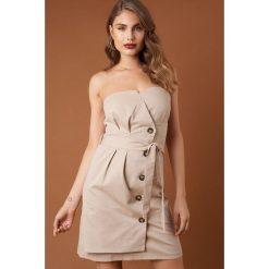 NA-KD Trend Sukienka mini z wiązaną talią - Beige. Białe sukienki mini marki NA-KD Trend, w paski, z poliesteru, z klasycznym kołnierzykiem. Za 161,95 zł.