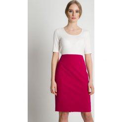 Ołówkowa spódnica w kolorze fuksji BIALCON. Czerwone minispódniczki BIALCON, w jednolite wzory, z satyny, biznesowe, dopasowane. Za 155,00 zł.