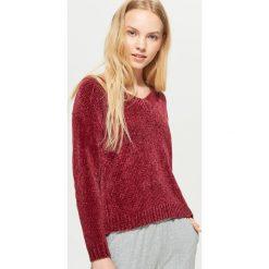 Szenilowy sweter z dekoltem - Bordowy. Czerwone swetry klasyczne damskie Cropp, l. W wyprzedaży za 39,99 zł.
