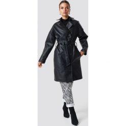 NA-KD Trend Dwurzędowy płaszcz PU - Black. Czarne płaszcze damskie NA-KD Trend, w paski. Za 404,95 zł.