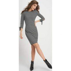 Sukienki balowe: Ołówkowa sukienka żakardowa