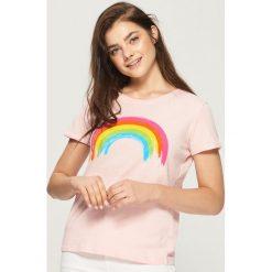 T-shirty damskie: T-shirt z kolorowym nadrukiem – Różowy