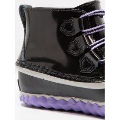 Sorel OUT N ABOUT Botki sznurowane black/paisley purple. Czarne botki damskie skórzane marki Sorel. W wyprzedaży za 179,50 zł.