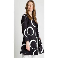 Oryginalny płaszcz we wzory BIALCON. Białe płaszcze damskie marki BIALCON, na jesień, eleganckie. W wyprzedaży za 363,00 zł.