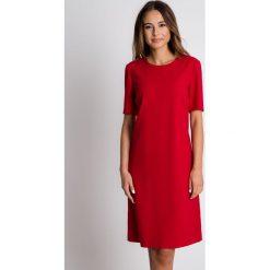 Czerwona sukienka z półokrągłym dekoltem BIALCON. Czerwone sukienki balowe BIALCON, do pracy, z kopertowym dekoltem, z krótkim rękawem, mini, kopertowe. Za 279,00 zł.