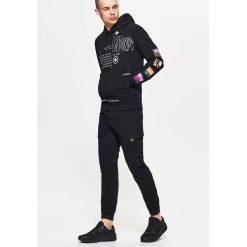 Bluza z nadrukiem - Czarny. Czarne bluzy męskie rozpinane marki Cropp, l, z nadrukiem. Za 69,99 zł.