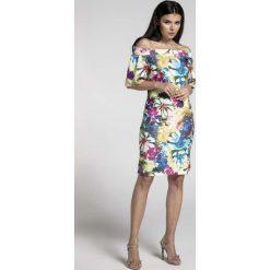 Kwiatowa Ołówkowa Sukienka przed Kolano z Dekoltem Carmen. Białe sukienki na imprezę marki Molly.pl, na lato, s, w jednolite wzory, z bawełny, z dekoltem na plecach, mini, dopasowane. W wyprzedaży za 102,21 zł.