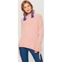 Sweter z wiązaniami na rękawach - Różowy. Czerwone swetry klasyczne damskie marki Mohito, l. Za 129,99 zł.
