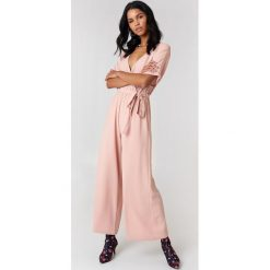 Rut&Circle Kombinezon Ollie - Pink. Różowe kombinezony damskie Rut&Circle, z poliesteru, z kopertowym dekoltem. Za 242,95 zł.