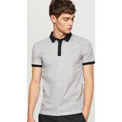 Wzorzysta koszulka polo - Szary. Szare koszulki polo Reserved, l. W wyprzedaży za 49,99 zł.
