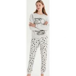 Piżama Mickey Mouse - Jasny szar. Szare piżamy damskie Sinsay, l, z motywem z bajki. Za 79,99 zł.
