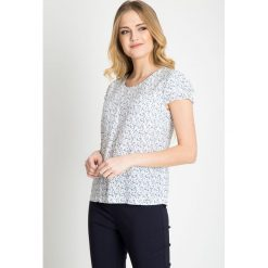 Bluzka z delikatnym florystycznym printem QUIOSQUE. Białe bluzki z falbaną marki QUIOSQUE, z nadrukiem, z tkaniny, z falbankami, z krótkim rękawem. W wyprzedaży za 49,99 zł.