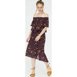 Spódnica z rozcięciem i afrykańskim nadrukiem. Niebieskie spódniczki marki Pull&Bear. Za 62,90 zł.