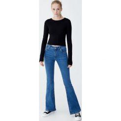 Spodnie dzwony ze średnim stanem. Niebieskie spodnie z wysokim stanem Pull&Bear, z jeansu. Za 79,90 zł.