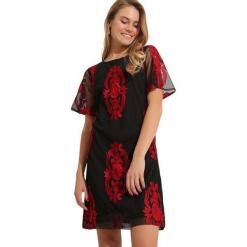 Sukienka w kolorze czarno-czerwonym. Czarne sukienki marki Almatrichi, z dekoltem w łódkę, midi, proste. W wyprzedaży za 199,95 zł.