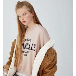 Bluza z haftem Sunnydale. Czerwone bluzy damskie Pull&Bear, z haftami. Za 89,90 zł.