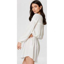 Trendyol Sukienka z marszczeniem w talii - White. Szare długie sukienki marki Trendyol, na co dzień, z elastanu, casualowe, dopasowane. W wyprzedaży za 56,67 zł.