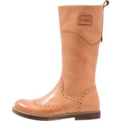 Froddo Kozaki cognac. Brązowe buty zimowe damskie Froddo, z materiału, na wysokim obcasie. W wyprzedaży za 184,50 zł.