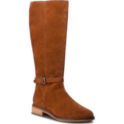 Oficerki CLARKS - Clarkdale Clad 261364394 Dark Tan Suede. Brązowe buty zimowe damskie Clarks, z materiału. W wyprzedaży za 529,00 zł.