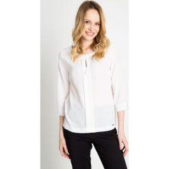 Biała bluzka z kontrafałdą QUIOSQUE. Białe bluzki wizytowe marki QUIOSQUE, z tkaniny, biznesowe. W wyprzedaży za 96,00 zł.