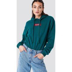 NA-KD Bluza z kapturem i logo NA-KD - Green. Zielone bluzy rozpinane damskie NA-KD, z długim rękawem, długie, z kapturem. W wyprzedaży za 113,37 zł.