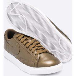 Nike Sportswear - Buty W BLAZER LOW LE. Różowe buty sportowe damskie marki Nike Sportswear, l, z nylonu, z okrągłym kołnierzem. W wyprzedaży za 219,90 zł.