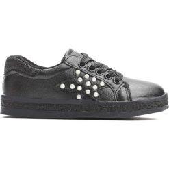 Czarne Buty Sportowe Uncouple. Czarne buty sportowe dziewczęce marki Born2be, z materiału, z okrągłym noskiem, na zamek. Za 59,99 zł.