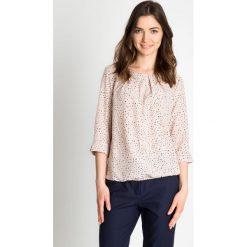 Pastelowa bluzka w kropeczki QUIOSQUE. Szare bluzki na imprezę marki QUIOSQUE, z jeansu, biznesowe, z klasycznym kołnierzykiem. W wyprzedaży za 96,00 zł.