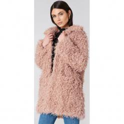 NA-KD Trend Sztuczne futro - Pink. Różowe futra damskie NA-KD Trend. W wyprzedaży za 145,98 zł.
