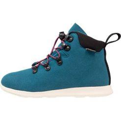 Native APEX JUNIOR Śniegowce midnight blue/bone white. Zielone buty zimowe chłopięce Native, z materiału. W wyprzedaży za 246,35 zł.