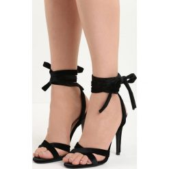 Czarne Sandały Choosy. Czarne sandały damskie marki Born2be, w paski, z weluru, na wysokim obcasie. Za 69,99 zł.