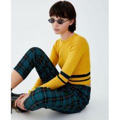 Krótki sweter z okrągłym dekoltem. Szare swetry klasyczne damskie Pull&Bear, z okrągłym kołnierzem. Za 59,90 zł.