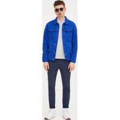 Spodnie typu chinos skinny fit. Niebieskie chinosy męskie Pull&Bear. Za 119,00 zł.