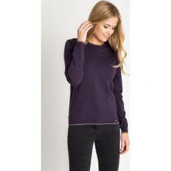 Fioletowy sweter z błyszczącymi drobinkami QUIOSQUE. Fioletowe swetry klasyczne damskie QUIOSQUE, uniwersalny, z jeansu, z klasycznym kołnierzykiem. W wyprzedaży za 69,99 zł.