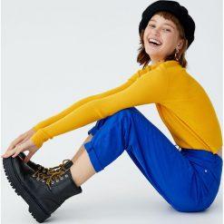 Prążkowany sweter z półgolfem. Czarne swetry klasyczne damskie Pull&Bear, prążkowane. Za 59,90 zł.