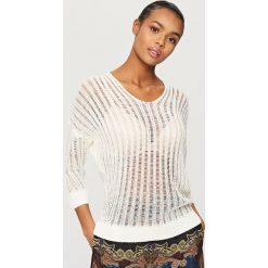 Swetry klasyczne damskie: Ażurowy sweter - Kremowy