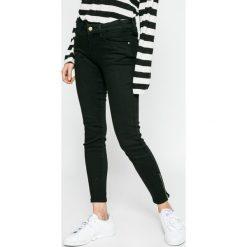 Wrangler - Jeansy Skinny Crop Zip. Szare jeansy damskie rurki marki Wrangler, na co dzień, m, z nadrukiem, casualowe, z okrągłym kołnierzem, mini, proste. W wyprzedaży za 229,90 zł.