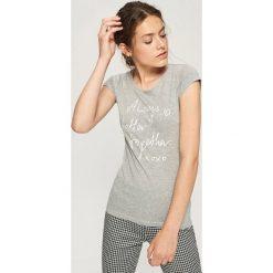 Bawełniana koszulka z napisem - Jasny szar. Szare t-shirty damskie Sinsay, l, z napisami, z bawełny. Za 9,99 zł.