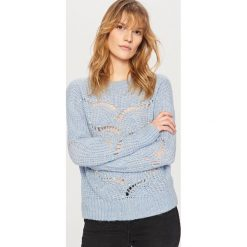 Swetry damskie: Ażurowy sweter z perełkami - Niebieski