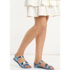 Niebieskie Sandały Ingest. Niebieskie rzymianki damskie Born2be, z lakierowanej skóry, na obcasie. Za 39,99 zł.