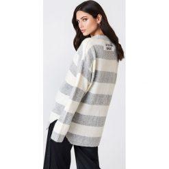 Rut&Circle Sweter w paski Winnie - White,Grey,Multicolor. Szare paski damskie marki Vila, l, z dzianiny, z okrągłym kołnierzem. Za 110,95 zł.