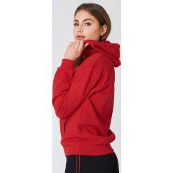 NA-KD Basic Bluza basic z kapturem - Red. Różowe bluzy rozpinane damskie marki NA-KD Basic, prążkowane. W wyprzedaży za 50,48 zł.
