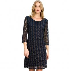 Sukienka w kolorze granatowym. Niebieskie sukienki marki Almatrichi, s, z okrągłym kołnierzem, midi, proste. W wyprzedaży za 179,95 zł.
