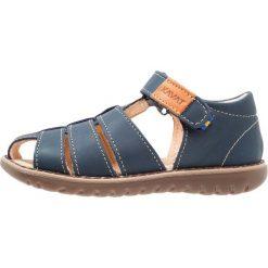 Kavat HÄLLEVIK Sandały blue. Niebieskie sandały chłopięce Kavat, z gumy. Za 339,00 zł.