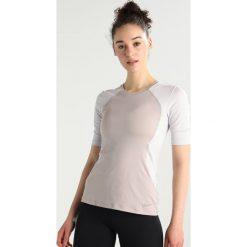 Nike Performance Tshirt z nadrukiem moon particle/vast grey/clear. Brązowe topy sportowe damskie marki N/A, w kolorowe wzory. Za 169,00 zł.